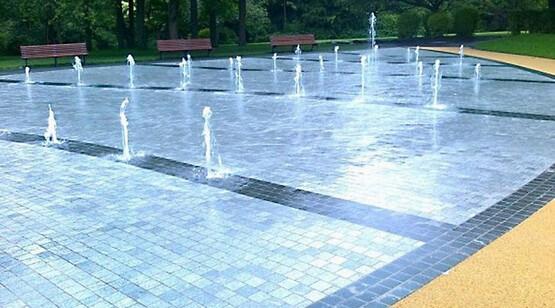 пешеходный фонтан в городе