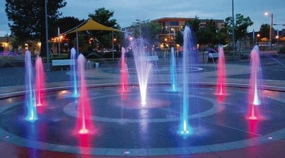 пешеходный фонтан с подсветкой