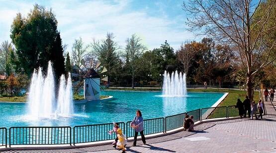 фонтан на водоеме в парке