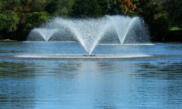 плавающий фонтан на водоеме